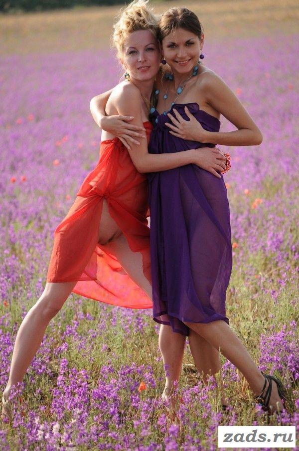 Раздетые дамы веселятся на лугу