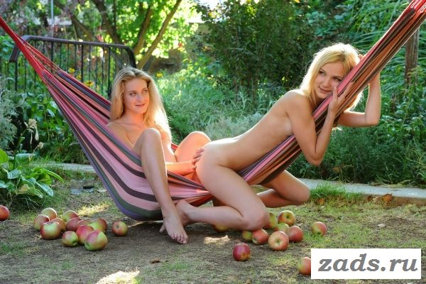 Голые девчонки играются в гамаке