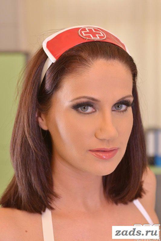 Эротичная медсестра на рабочем месте