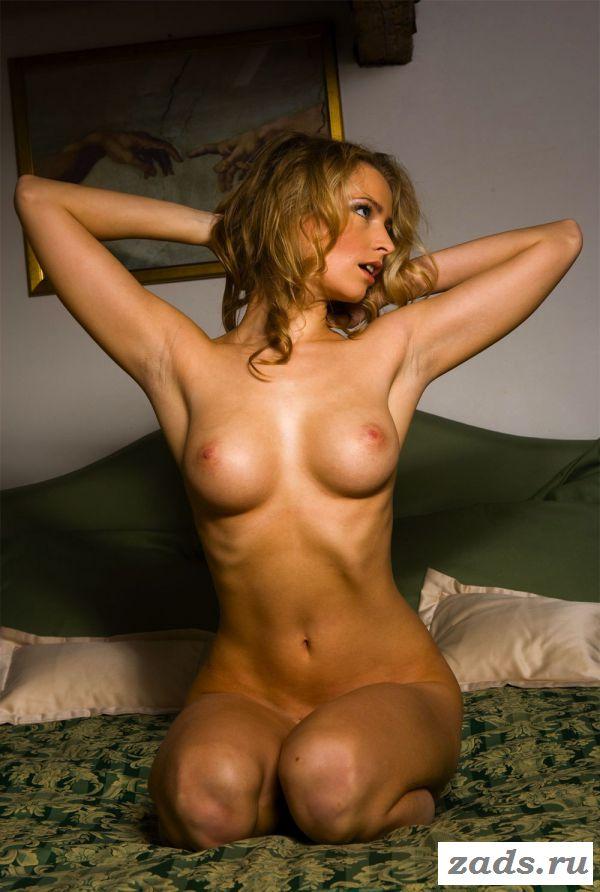 Раздетая блондинка с красивой грудью
