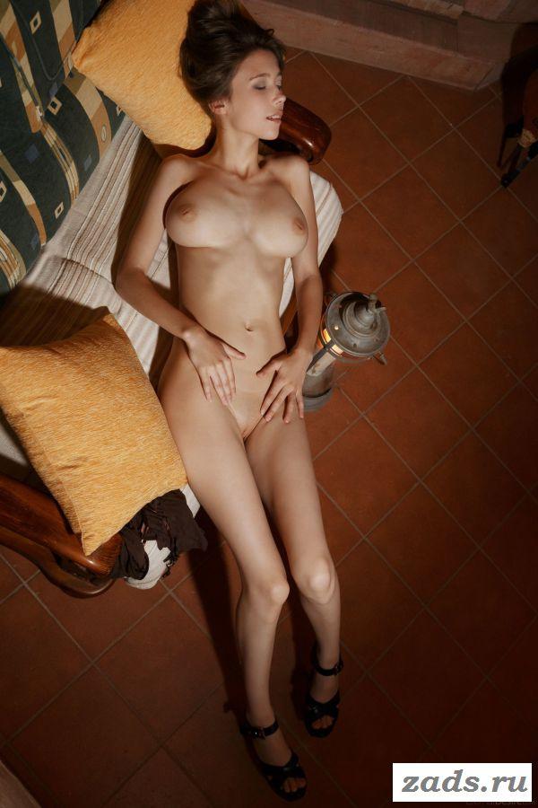 Смазливая девушка эротично распахнула ножки