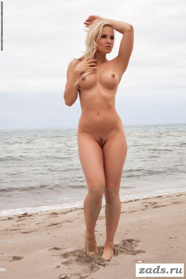Голая бритая писька простушки на пляже