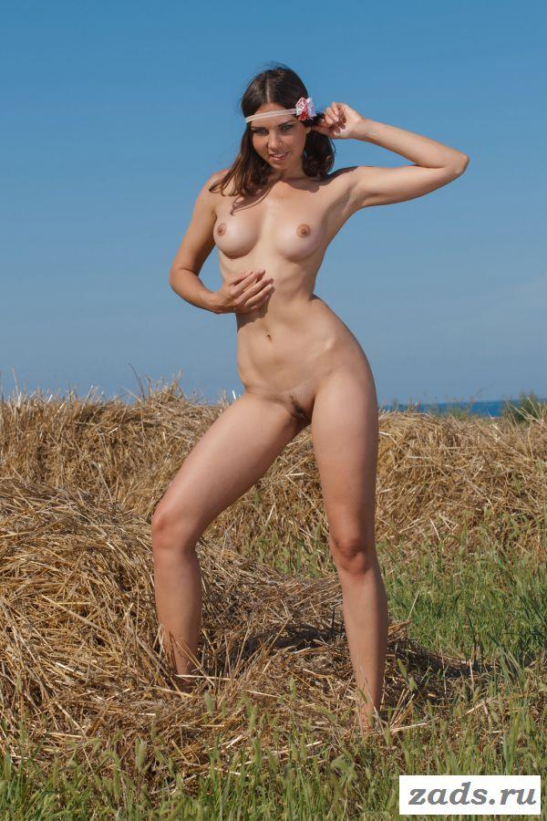 Сульская сучка обнажилась возле соломы