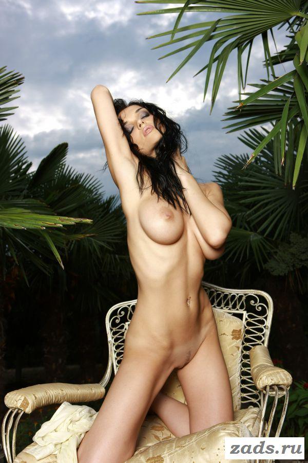 Красивая мадам эротично возбудилась возле пальм