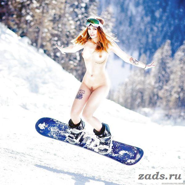 Раздетая рыженькая сноубордистка в горах