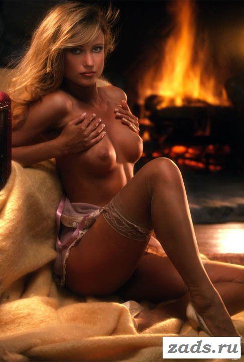 Фото голой шведки Ulrika Ericsson сидящей у камина