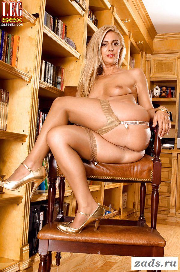 Раздетая дамочка задрала юбку в библиотеке