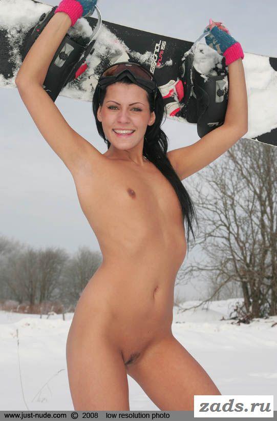 Голая россиянка Катя с доской на фоне снега