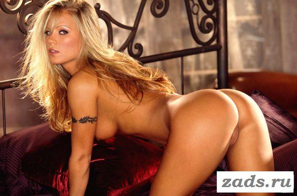 Раздетая Louize Henziger снимает белье в спальне