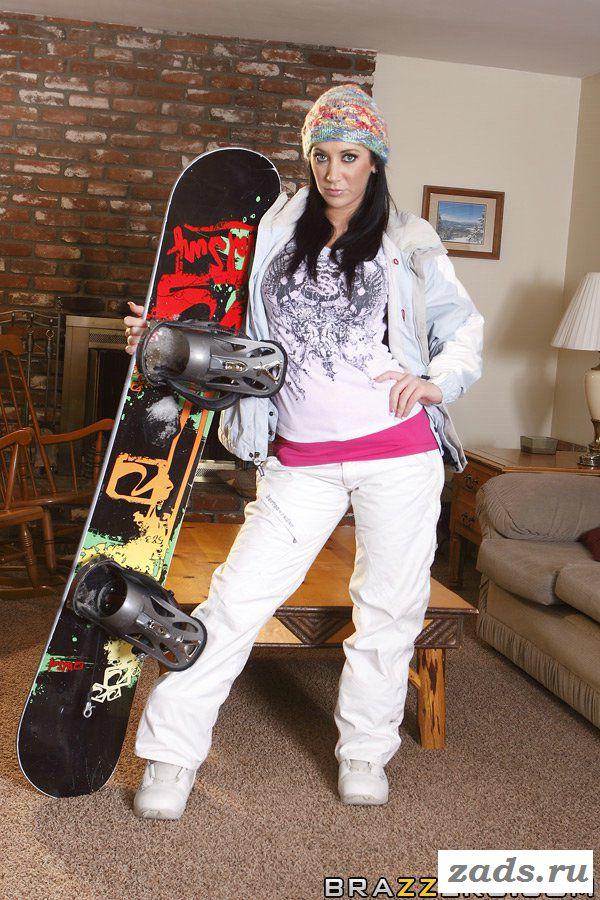 Голая девушка со сноубордом на столе