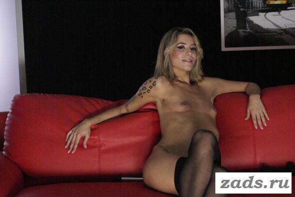 Раздетая Andreia Viveiro с сексуальной татуировкой на руке