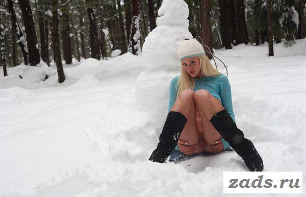 Лесная жительница с обнаженной пиздой лепит снеговика