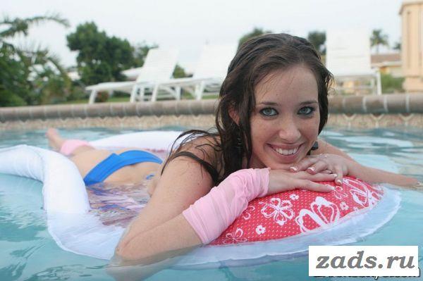 Сучка купается и раздевается в бассейне на улице