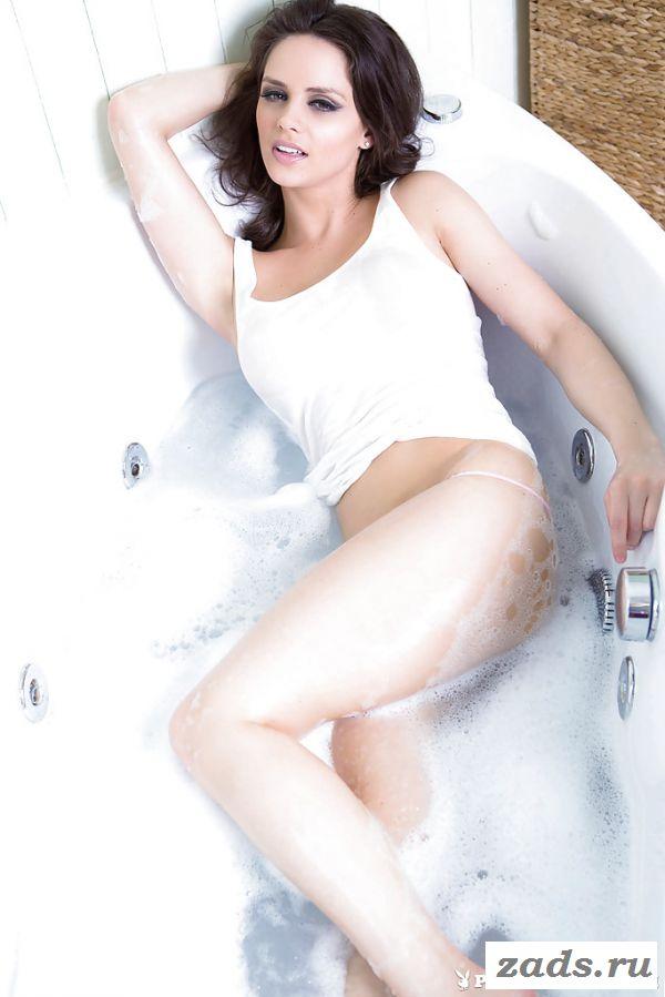 Эротическое соло в ванне с грудастой бэйби