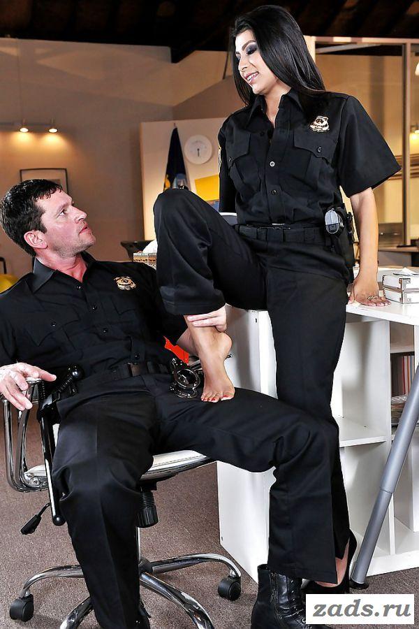 Порно с темноволосой полицейской на работе