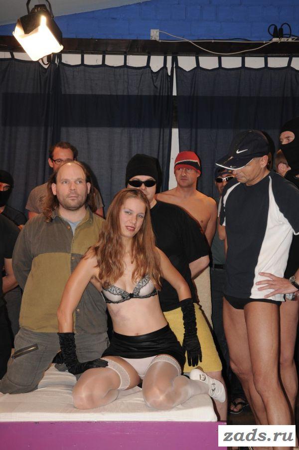 Групповой секс с девахой в белых чулках