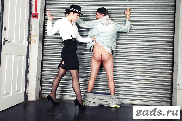 Голая францужинка жандарм заставила снять штаны преступника