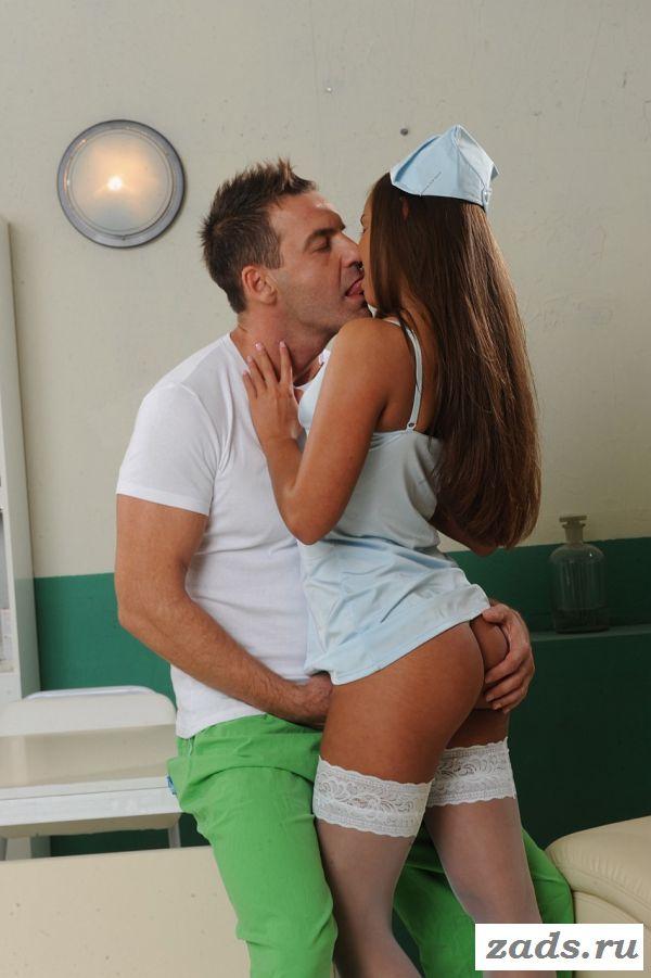 С голой медсестрой в белых чулках ебутся в два ствола