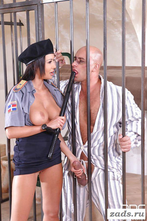 Порно с охранницей через клетку и дубиной в пизде