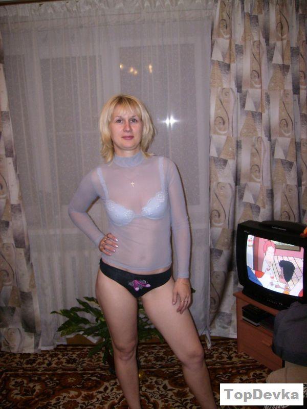 Обнаженная светловолосая русская теща показывает мохнатку