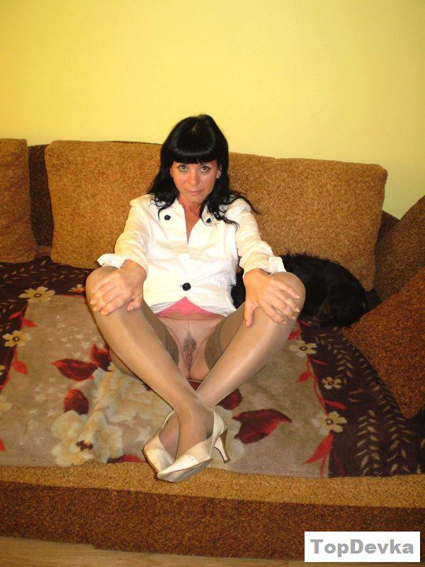 Раздетая мама жены любит раздвигать ноги