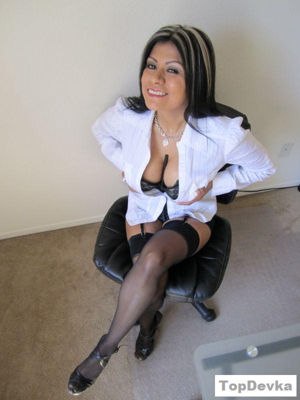 Раздетая девушка из Мексики устроила разврат в офисе
