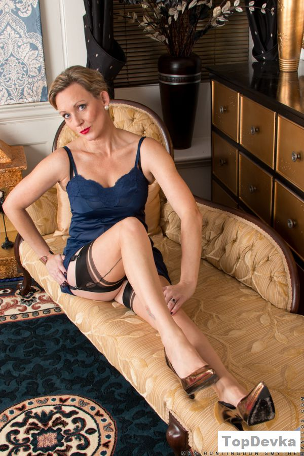 Обнаженная женщина сняла трусы в роскошном доме