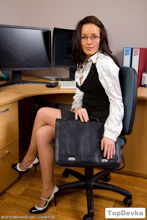 Эротика секретарши на рабочем месте у компьютера